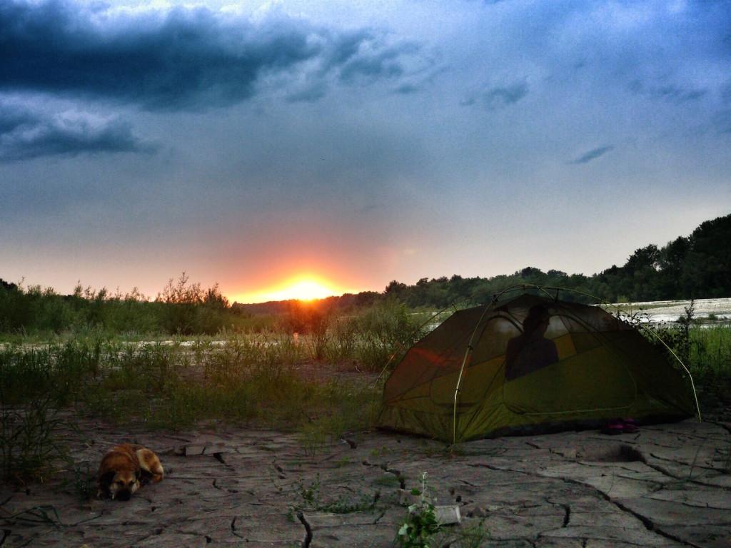 acampada al anochecer