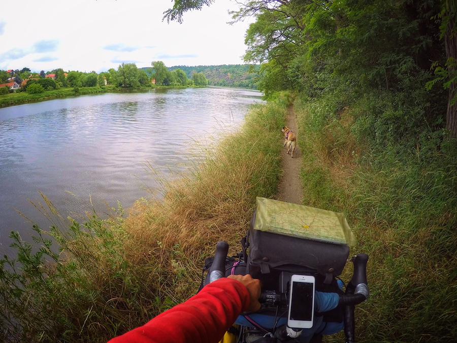 camino junto al rio